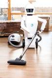 Nastrojowy pomagający żywy roboter vacuuming zdjęcie stock