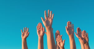 Nastroszone ręki przeciw niebieskiemu niebu zdjęcie wideo
