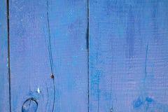 Naszły purpurowy drewniany zaszaluje tło z pęknięciami fotografia royalty free