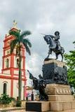 Nasz dama Candelaria katedra z palmą w przedpolu i Ignacio Agramonte pomnikiem, centrum Camaguey miasto, Kuba obrazy stock
