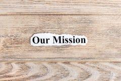 Nasz misja tekst na papierze Formułuje Nasz misję na poszarpanym papierze com pojęcia figurki wizerunku odpoczynku dobra trwanie  fotografia royalty free