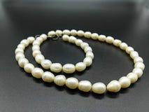 naszyjnik rosa rano perły sieci Sznurki biel operlają na czerni jako tło fotografia stock
