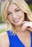 Natürlich schöne blonde Frau mit blauen Augen Lizenzfreie Stockbilder