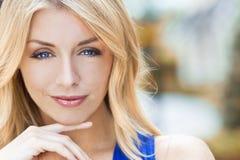 Natürlich schöne blonde Frau mit blauen Augen Lizenzfreie Stockfotografie