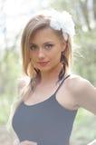 Natürlich schöne junge blonde Frau in der Natur Stockfoto