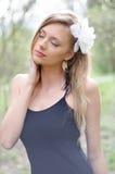 Natürlich schöne junge blonde Frau in der Natur Stockbild