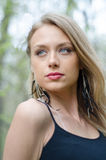 Natürlich schöne junge blonde Frau in der Natur Stockbilder