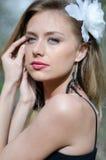 Natürlich schöne junge blonde Frau in der Natur Stockfotografie
