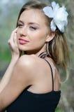 Natürlich schöne junge blonde Frau in der Natur Lizenzfreie Stockfotografie