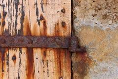 Natürlich verwittertes, verrostetes Metall und Holztür, Ibiza stockbilder