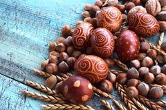 Natürliche Anordnung Ostereier mit den Haselnüssen, buchstabiert, Aprikosenkerne Walnüsse stockfotos