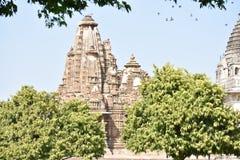 Natürliche Ansicht Khajuraho-Tempels mit Vögeln lizenzfreie stockfotografie