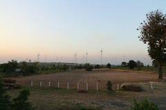 Natürliche Ansicht mit großer Windkraftanlage und dem Himmel ist schön stockfoto