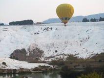 Natürliche Ansicht Pamukkale und Heißluftballon stockfotos