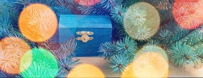 Natürliche Art des Weihnachtshintergrundes mit hölzernem Kasten und Fichtenzweigen auf einem hölzernen Hintergrund lizenzfreie stockfotografie