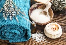 Natürliche Badekurort-Produkte auf hölzernem Hintergrund Stockfotos