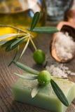 Natürliche Badekurorteinstellung mit olivgrünen Produkten Stockfotos