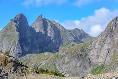 Natürliche Berglandschaft am Sommer in Lofoten, Norwegen lizenzfreies stockbild