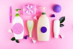 Natürliche Bioprodukthaut des kosmetischen Verpackungsplastikflaschen-Shampoocreme-Duschgelmilchgrünblattschwammkastengeschenkbog stockfotos
