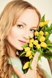 Natürliche blonde Schönheit Frau mit gelben Blumen Stockfotos