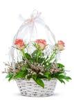 Natürliche Blumen im Korb Stockbilder