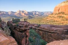 Natürliche Brücke vor Talansicht in Arizona-Wüste lizenzfreies stockfoto