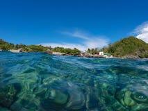 Natürliche doppelte Landschaft des Meerwassers und des Strandes Schauen Sie durch Meerwasser Lizenzfreie Stockbilder