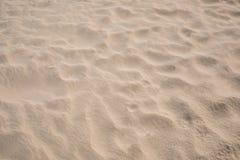 Natürliche Farbe des Sandstrandes auf tropischem Küsten stockfotografie