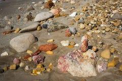 Natürliche Farben von Firiplaka setzen, Milos, Griechenland auf den Strand Stockbilder