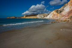 Natürliche Farben von Firiplaka setzen, Milos, Griechenland auf den Strand Stockfotografie