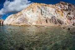 Natürliche Farben von Firiplaka setzen, Milos, Griechenland auf den Strand Lizenzfreies Stockbild