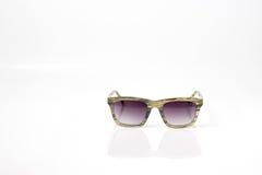 Natürliche Farbmodesonnenbrillen mit purpurroter Linse Stockfotos