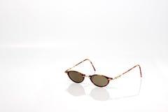 Natürliche Farbmodesonnenbrillen mit schwarzer Linse Lizenzfreie Stockfotografie