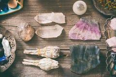 Natürliche Felsen und weißer Salbei stockfoto