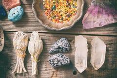 Natürliche Felsen und weißer Salbei lizenzfreie stockfotos