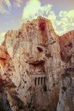 Natürliche felsige Berge mit einem hölzernen Weg auf einem atemberaubenden Abgrund Lizenzfreie Stockbilder