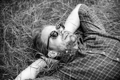 Natürliche Frische Bärtiger Hippie des Mannes vereinigt mit Natur Natur füllt ihn mit Frische und Inspiration Kerl glücklich stockfotografie