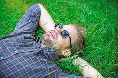 Natürliche Frische Bärtiger Hippie des Mannes vereinigt mit Natur Natur füllt ihn mit Frische und Inspiration Kerl glücklich stockfoto