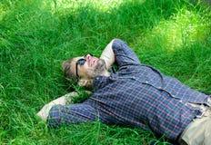 Natürliche Frische Bärtiger Hippie des Mannes vereinigt mit Natur Natur füllt ihn mit Frische und Inspiration Mann unrasiert lizenzfreie stockfotos