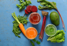 Natürliche frische rote Rübe, Karotten und Avocado Smoothie stockbild