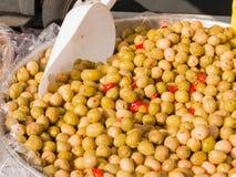 Natürliche grüne Oliven mit roten Pfeffern stockfotos