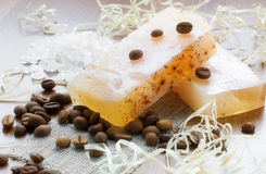 Natürliche handgemachte Seife, Badesalz und Kaffeebohnen Stockfoto