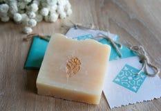 Natürliche handgemachte Seife mit weißen Blumen Lizenzfreie Stockfotografie
