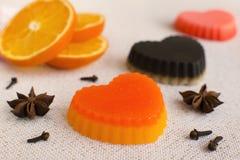 Natürliche handgemachte Seifen geformt wie Herzen Drei Herzen mit ora Lizenzfreie Stockbilder