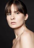 Natürliche Hautpflege der Schönheitsfrau auf schwarzem Hintergrund Lizenzfreies Stockbild