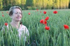 Natürliche 60 Jahre alte Dame in der Natur lizenzfreie stockfotografie
