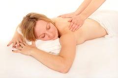 Natürliche junge Frau, die eine Massage empfängt Stockbilder