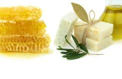 Natürliche Kräuterseifen mit Honig, Olivenöl und daphne stockfoto