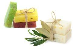 Natürliche Kräuterseifen mit Olive und daphne treiben Blätter Stockfotos