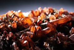 Natürliche Kristalle des transparenten Quarzes mit grauem Hintergrund lizenzfreie stockfotografie